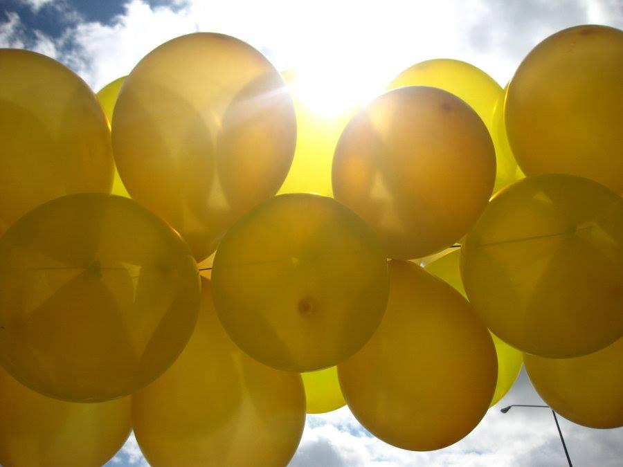 donación de todo globos amarillos a la Marcha contra el cancer, sonrisa de alex